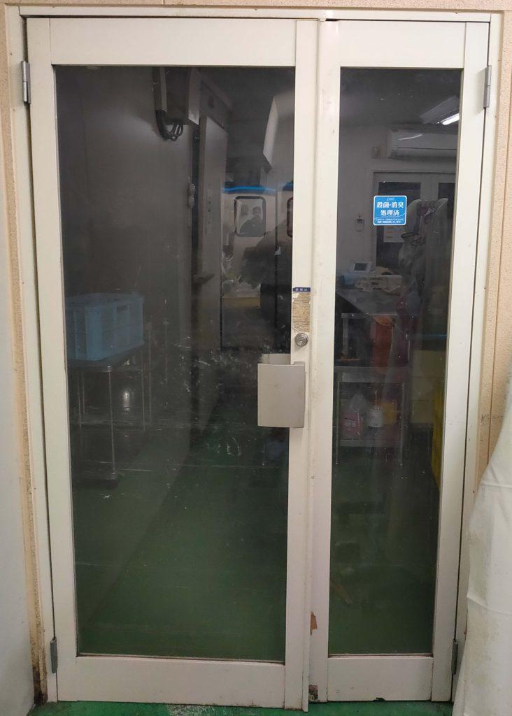 食品加工工場仕切りスイングドア(スイングドア:工事後←ガラス戸:工事前)