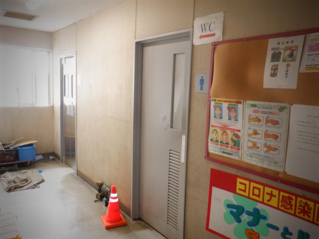 トイレ入口スイングドア:特小窓両面マット仕様、樹脂ハンドプレート、既存枠巻き込み加工枠(スイングドア:工事後←木製ドア:工事前)